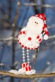 一个乐趣雪人,垂悬在分支的圣诞老人 库存图片