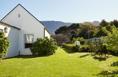 一个乡间别墅和后院的外部在夏天 免版税库存照片