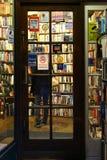 一个书店的门查令十字路的,伦敦 免版税库存图片
