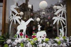 一个了不起的窗口设计在假日被观察了在伦敦 气球、大象、长颈鹿、小女孩和棕榈和圣诞节 免版税图库摄影