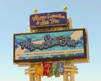 一个五颜六色的亚利桑那状态公平的标志,菲尼斯 免版税库存照片