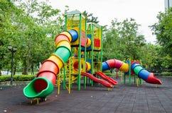 一个五颜六色的儿童操场 免版税库存图片