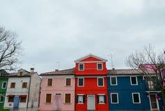 一个五颜六色的小屋的细节在一个雨天在Burano海岛,威尼斯,意大利 2016年3月3日 库存照片