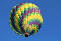 一个五颜六色的热空气气球的下面 图库摄影