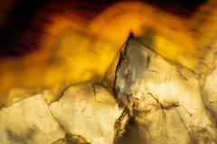 一个五颜六色的玛瑙岩石切片的宏观照片 库存照片
