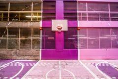 一个五颜六色的现代篮球领域 免版税库存照片