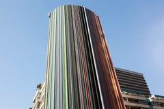 一个五颜六色的现代设计大厦在城市 免版税库存照片