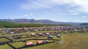 一个五颜六色的蒙古村庄的鸟瞰图山的 免版税图库摄影