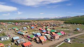 一个五颜六色的蒙古村庄的鸟瞰图山的 库存图片
