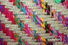 一个五颜六色的被编织的篮子的特写镜头 免版税库存照片