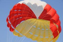 一个五颜六色的降伞 免版税库存图片