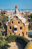 一个五颜六色的马赛克大厦在平衡的温暖的太阳光,巴塞罗那市,西班牙公园Guell 库存照片