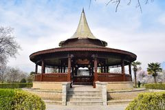 一个井被盖的圆顶在庭院里 在这个圆顶里面是非常深的水井 死亡很好创造了mughals 木设计 库存图片