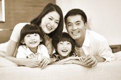 一个亚洲家庭的画象有两个孩子的 免版税库存图片