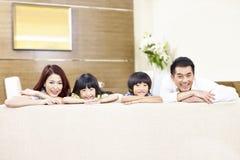 一个亚洲家庭的画象有两个孩子的 免版税库存照片