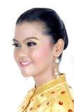 一个亚裔女孩的画象在传统土产部族婆罗洲穿戴了 免版税图库摄影