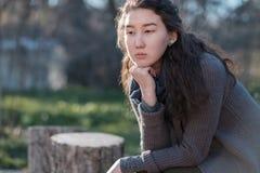 一个亚裔女孩的画象在公园 免版税图库摄影