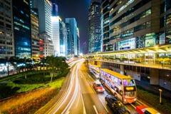 一个交叉点和摩天大楼的看法在晚上,在中央,  免版税图库摄影