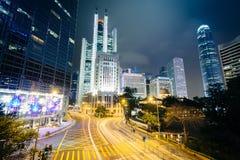 一个交叉点和现代摩天大楼的长的曝光在晚上 库存图片