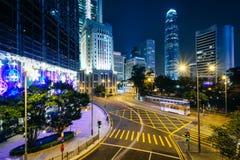 一个交叉点和现代摩天大楼的长的曝光在晚上 图库摄影
