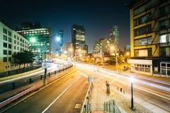 一个交叉点的看法在苏活区在晚上,在曼哈顿,纽约 免版税库存照片