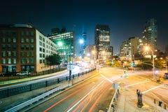 一个交叉点的看法在苏活区在晚上,在曼哈顿,纽约 图库摄影