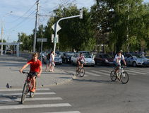 一个交叉点的骑自行车者在城市 库存照片