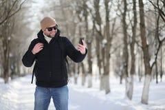 一个人与一个背包冷淡的冬天 库存照片
