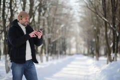 一个人与一个背包冷淡的冬天 免版税库存照片