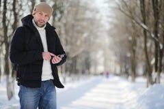一个人与一个背包冷淡的冬天 免版税库存图片