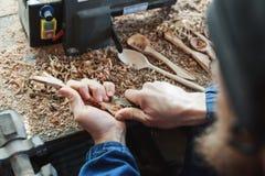 一个人与木雕仪器一起使用 库存照片