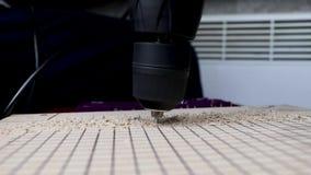 一个人与钻子胶合板的钻孔 的概念与木头和体力活儿一起使用 录影有workin的声音 影视素材
