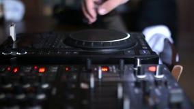 一个人与DJ遥远的controler关闭一起使用 股票录像
