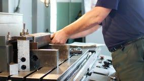 一个人专门研究缵孔者金属制件为进一步钻井和加工在一台钻床, a做准备 股票录像