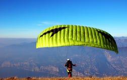 一个人为滑翔伞做准备 免版税库存照片