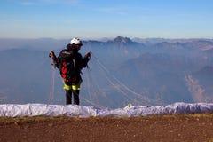 一个人为滑翔伞做准备 库存照片