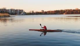 一个人乘坐皮船 免版税库存图片