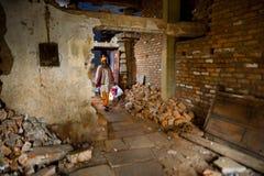 一个人从他未完成的房子出去如在瓦腊纳西,印度中看到 免版税库存图片