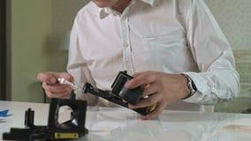 一个人修理咖啡机的一个coffee-making单位,咖啡壶维修车间  影视素材