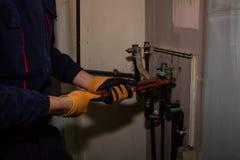 一个人修理燃气锅炉过滤器  库存图片