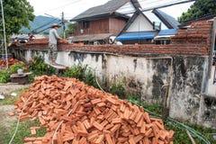 一个人修筑砖墙壁  库存图片
