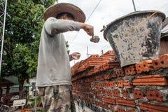 一个人修筑砖墙壁  图库摄影