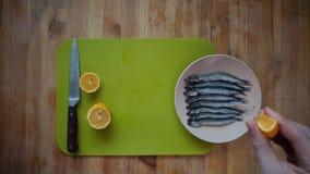 一个人倾倒在一条小鱼之上的柠檬汁 股票录像