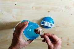 一个人倾吐乳清蛋白震动对蓝色 乳清蛋白,一种健康生活方式,人倾倒在小圆面包之上的乳清粉末 并且瓢干式混合 免版税库存照片