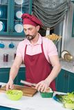 一个人倾吐在碗的橄榄油用新鲜的沙拉 鲜美和健康食物的准备 烹调和家庭概念 免版税库存图片