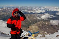 一个人做一selfie在高原病状态的厄尔布鲁士山顶部  库存图片