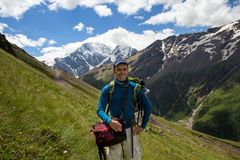 一个人做selfie以山为背景大约Elbrus 免版税库存照片