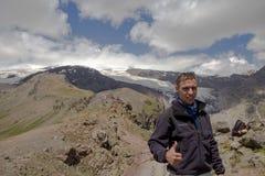 一个人做selfie以山为背景大约Elbrus 库存图片