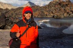 一个人做selfie以湖为背景大约Elbrus 免版税库存图片