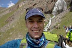一个人做selfie以瀑布为背景大约Elbrus 免版税库存照片
